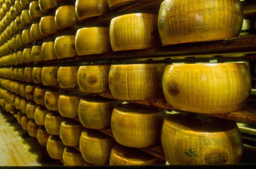 Visitare un caseificio del Parmigiano Reggiano, un'esperienza emozionante