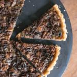 Crostata con noci pecan caramellate e prugne della California
