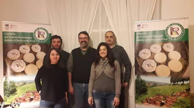 Al centro, il presidente del consorzio della Robiola di Roccaverano Dop, Fabrizio Gambarino