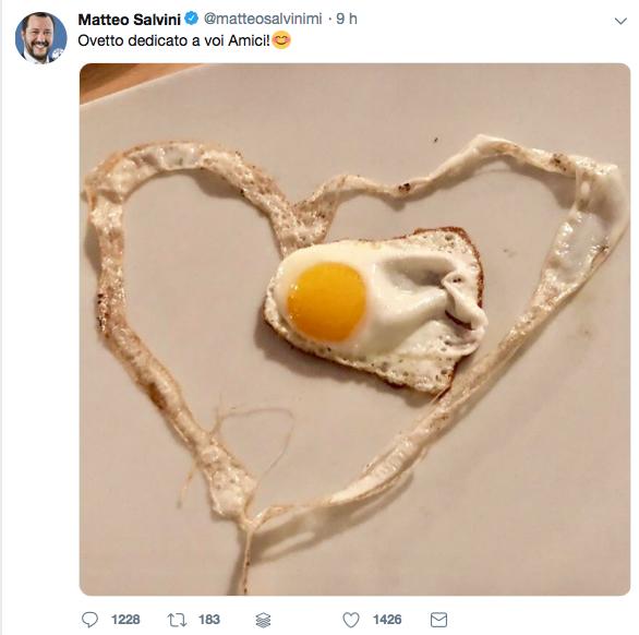 L'uovo fritto a forma di fantasmino di Salvini pubblicato sui social