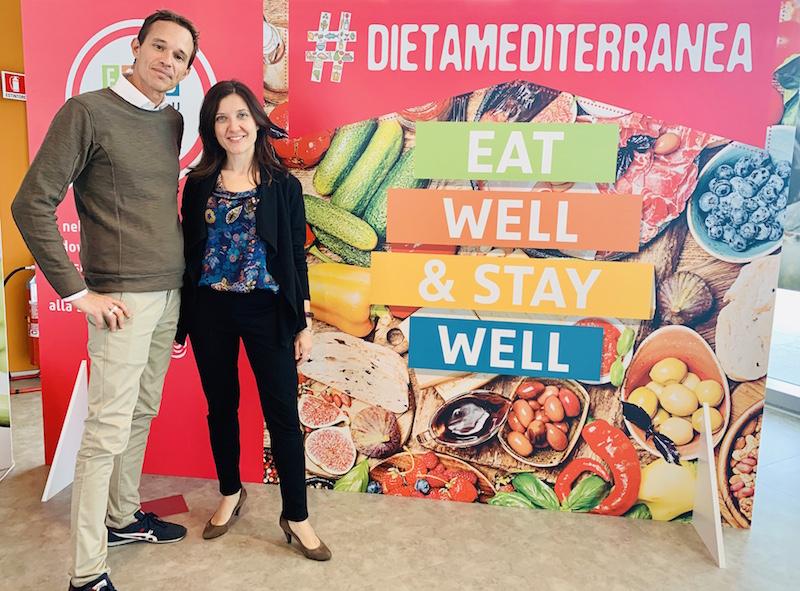 Federico Ramponi, facilitatore del pensiero creativo, con l'assistente Camilla Fecchio, durante la giornata con le influencer. Nascerà un documento propositivo sulla dieta mediterranea del futuro