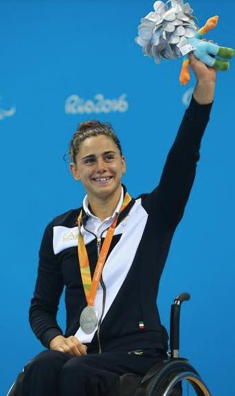 Giulia Ghiretti alle paralimpiadi di Rio, con la medaglia d'argento