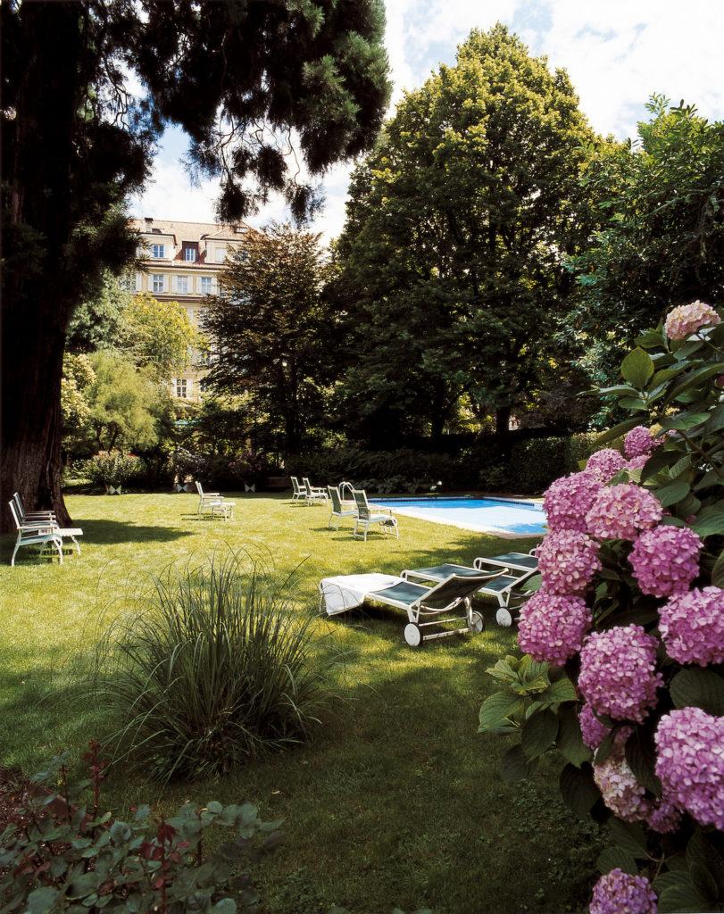 Il giardino con piscina del Laurin Park Hotel